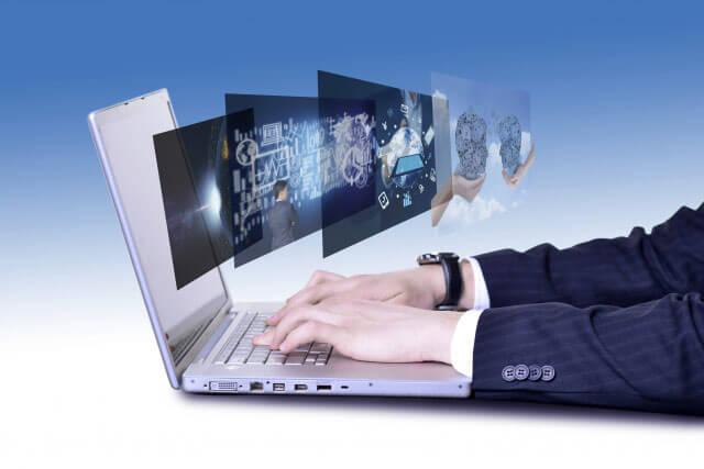 パソコンを使っている写真